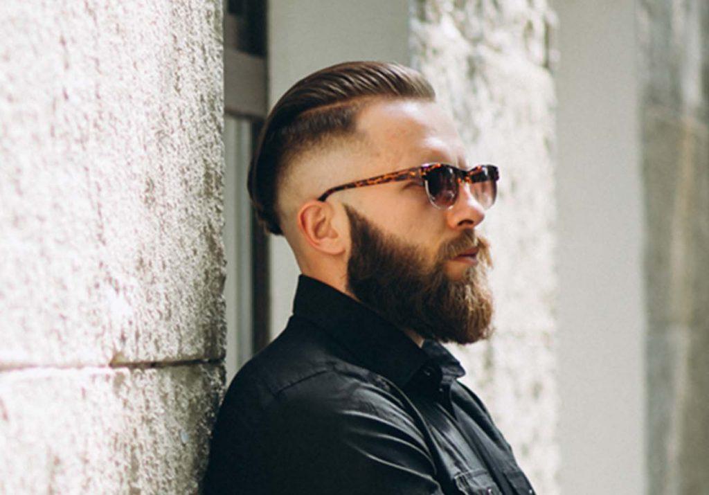 Hombre con pelo largo y barba larga